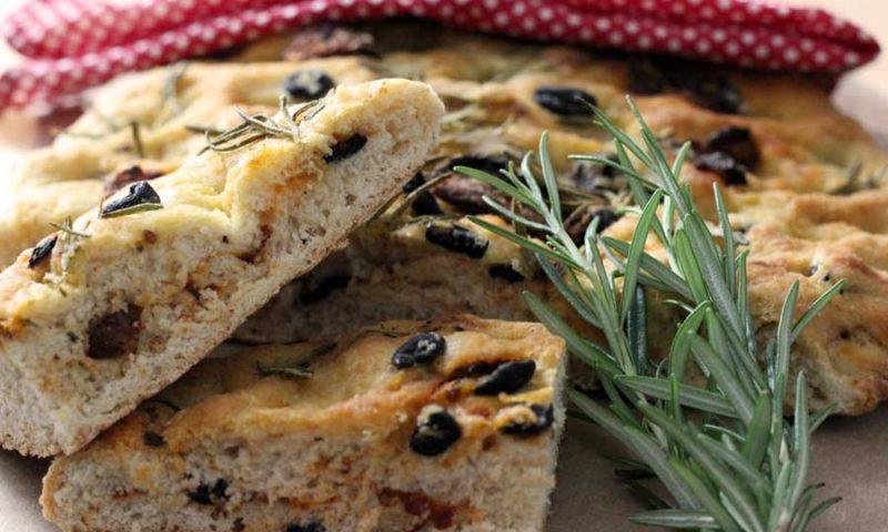 Rezept - Picknick-Focaccia mit Rosmarin, Oliven und getrockneten Tomaten