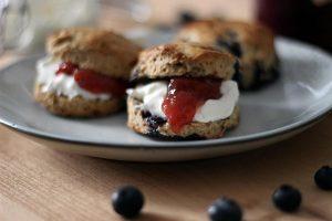 Scones mit Blaubeeren und Erdbeermarmelade und Clotted Cream